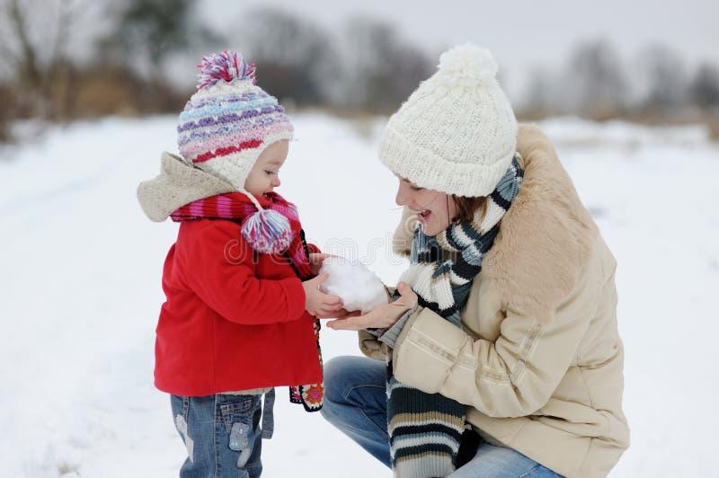 dziewczynka zima jej mali macierzyści potomstwa obrazy stock
