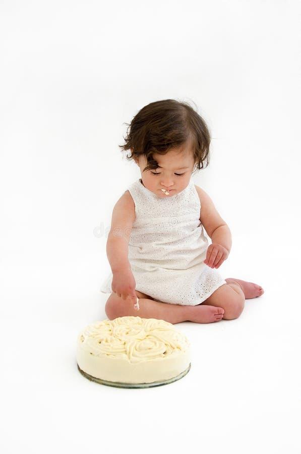 Dziewczynki łasowania tort fotografia stock