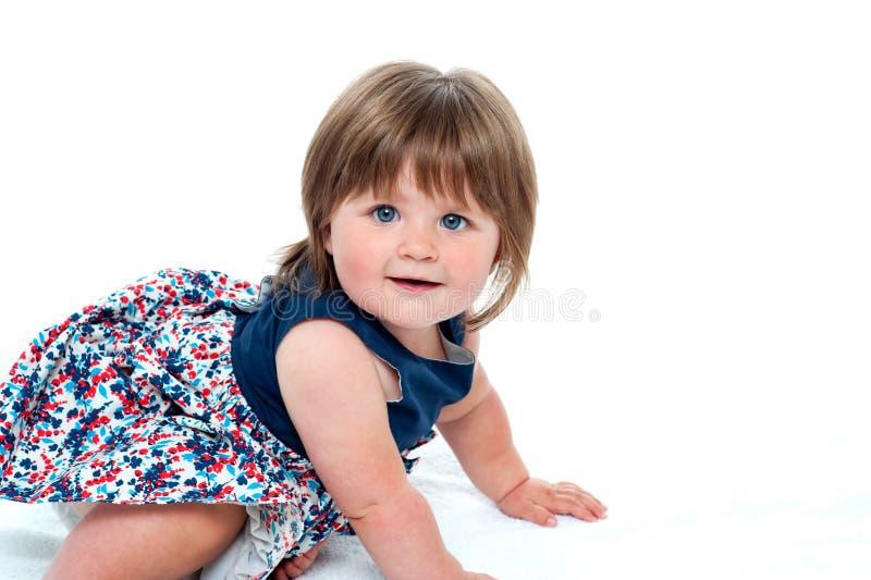 Dziewczynki śliczny mały czołganie zdjęcie royalty free