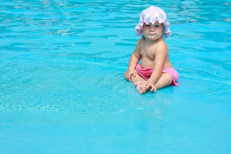 dziewczynki basenu obsiadanie zdjęcia royalty free