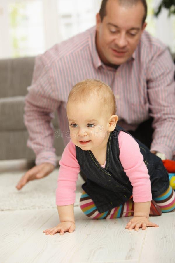Dziecka czołganie na podłoga obraz royalty free
