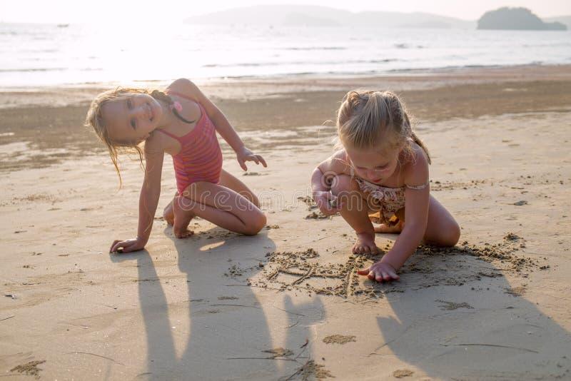 Dziewczynki pływa blisko plaży. obrazy royalty free