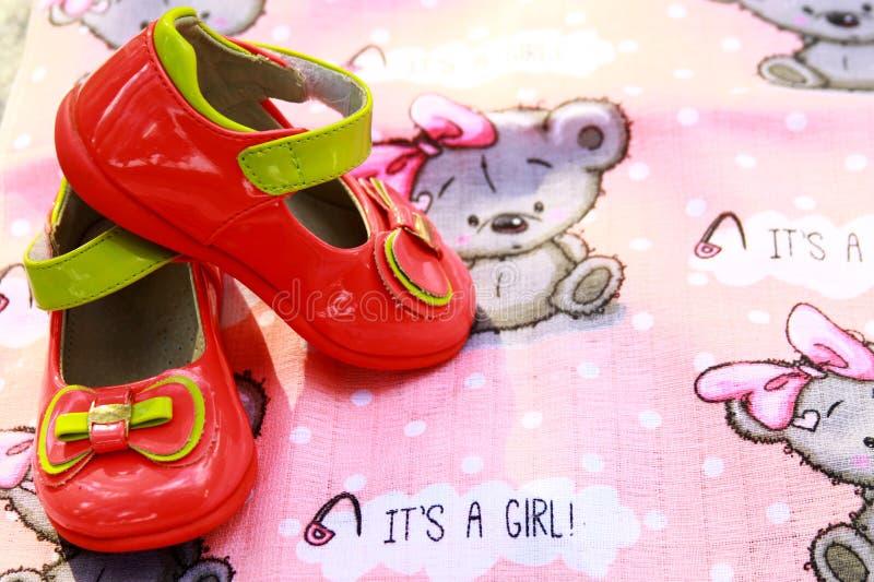 Dziewczynki ` s buty ekspektatywa dziecko zdjęcie royalty free