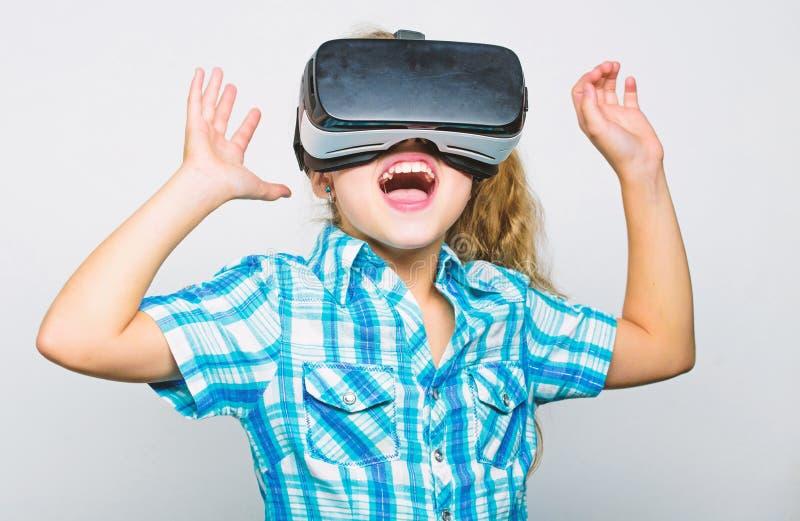 Dziewczyny śliczny dziecko z głową wspinał się pokazu na białym tle Rzeczywistości Wirtualnej pojęcie Mały dzieciak używa nowożyt zdjęcia stock
