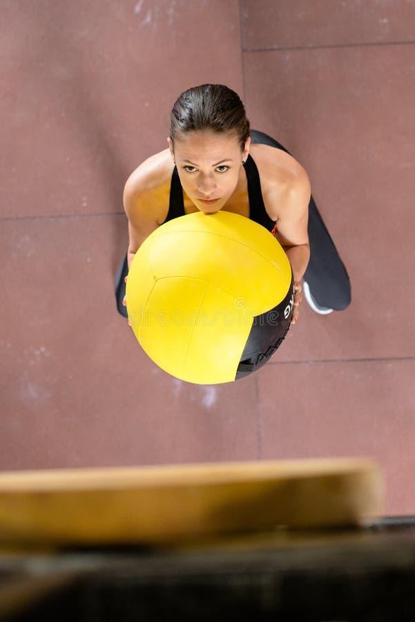 Dziewczyny ćwiczenie z wielką piłką zdjęcie royalty free
