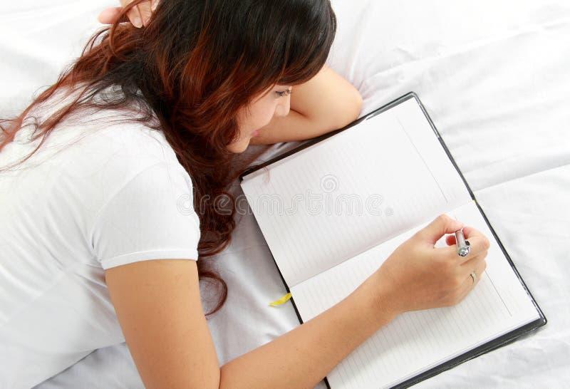 dziewczyny łóżkowy książkowy writing zdjęcia royalty free
