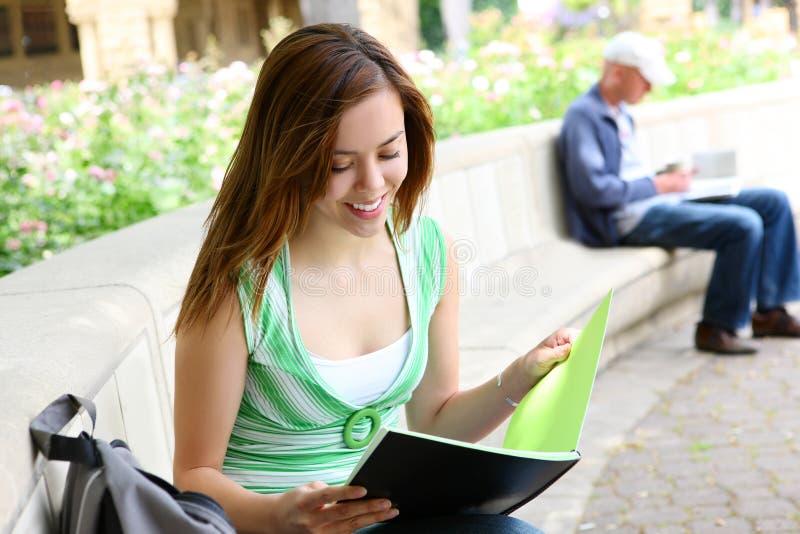 dziewczyny ładna czytania szkoła zdjęcie stock