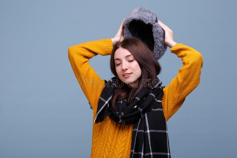 Dziewczyny ładne pozy w jesieni odziewają obrazy royalty free