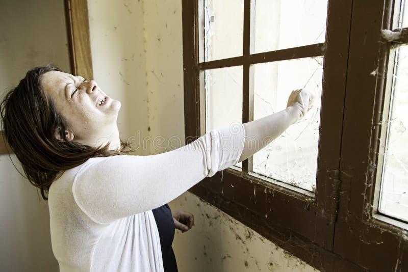 Dziewczyny łamania okno obraz royalty free