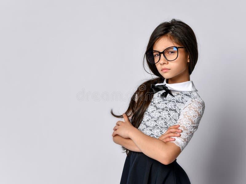 Dziewczyny śliczna uczennica w mundurze obraz stock