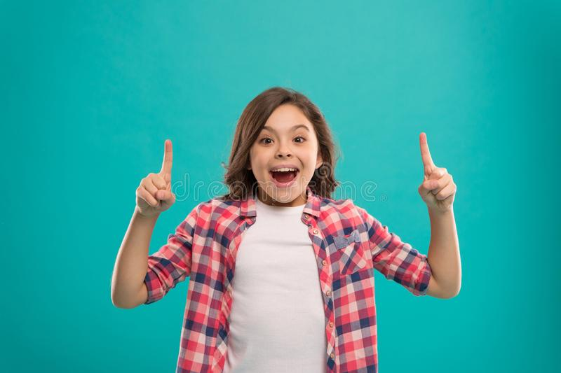 Dziewczyny śliczna zdziwiona twarz zakłada za znacząco pomysle Mała dziewczynka długie włosy dostawać jaskrawy pomysł Małe dzieck obraz royalty free