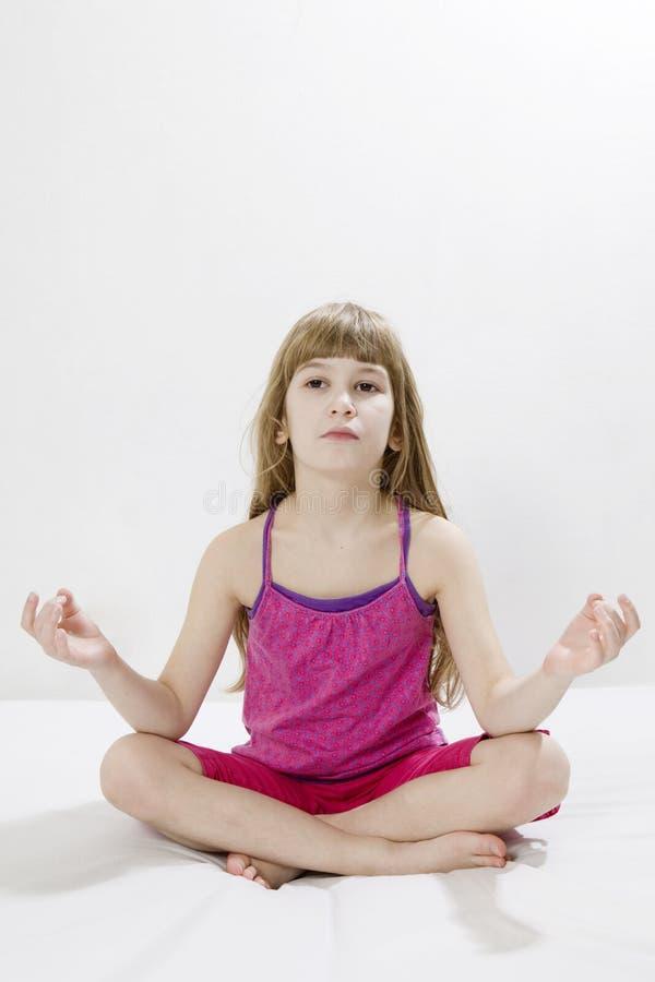 dziewczyny śliczny robi joga zdjęcie royalty free