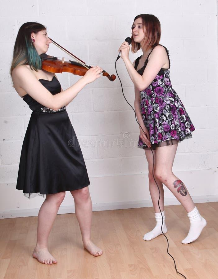 Dziewczyny śpiewa skrzypce i bawić się obraz stock