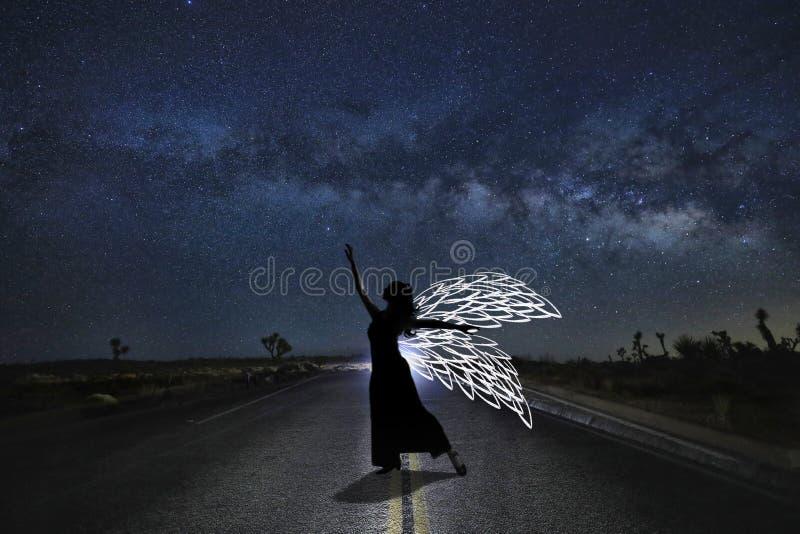 Dziewczyny światło Malujący w pustyni Pod nocnym niebem obraz stock