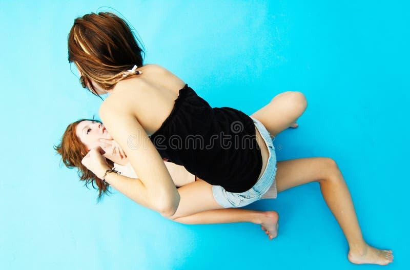 dziewczyny 2 wrestling dwóch nastolatków. fotografia royalty free
