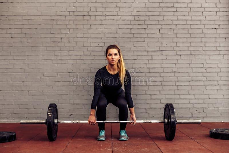 Dziewczyny atleta w zaczyna pozyci deadlift obraz royalty free