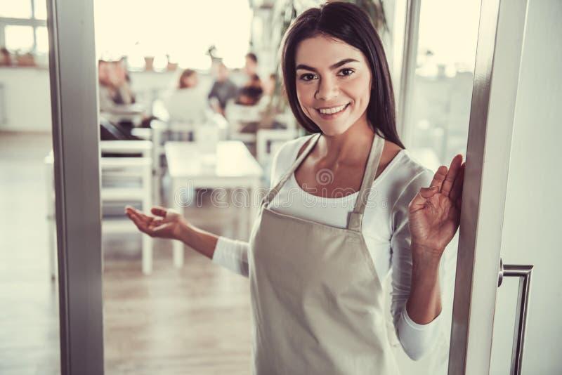 Dziewczyny barista kawiarnia obrazy royalty free