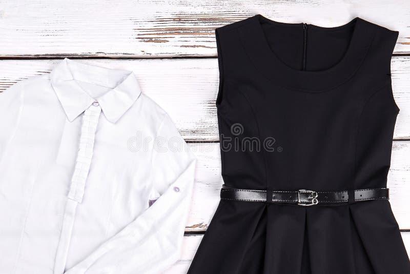 Dziewczyny bawełniana biała koszula i czerni suknia zdjęcie royalty free