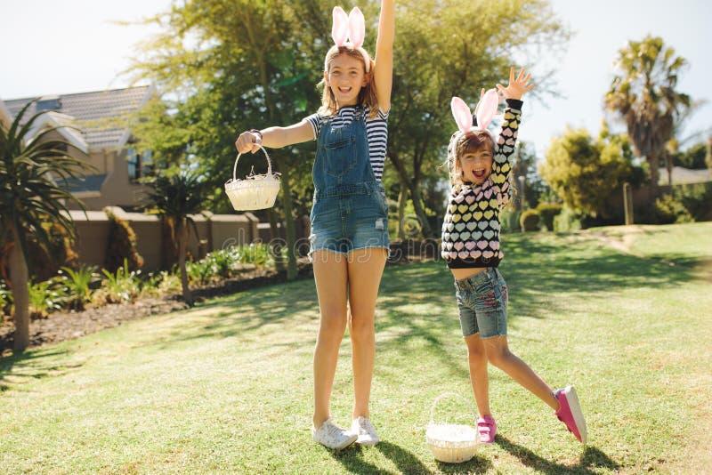 Dziewczyny bawić się w ich podwórko obraz stock