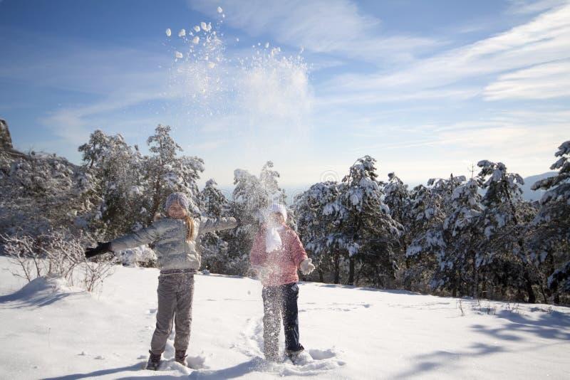 dziewczyny bawić się śnieg dwa obraz stock