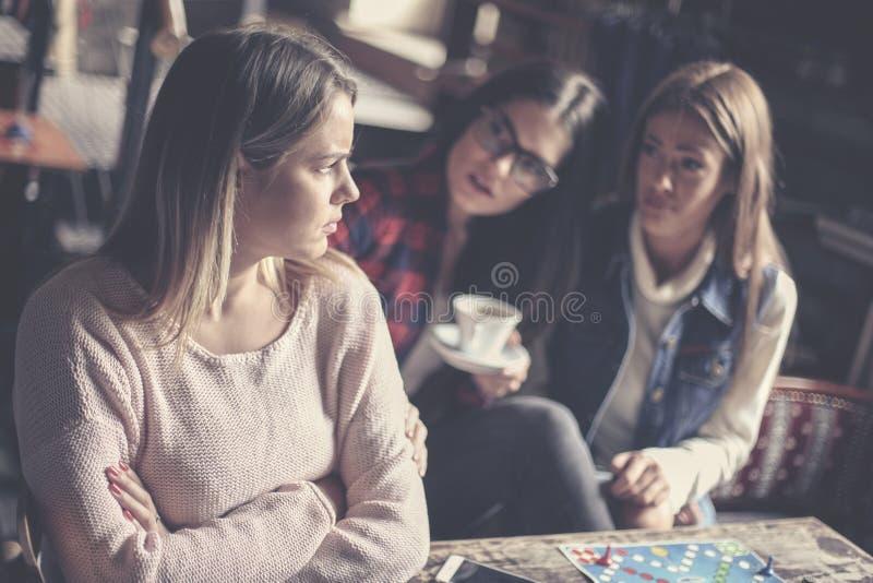 Dziewczyny bawić się grę planszowa w domu obraz stock