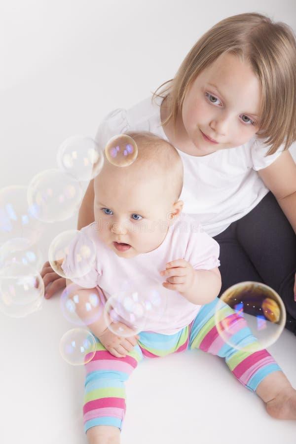 Dziewczyny bawić się z bąblami fotografia stock