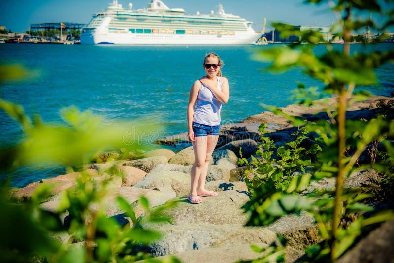Dziewczyny blisko statek i woda fotografia stock