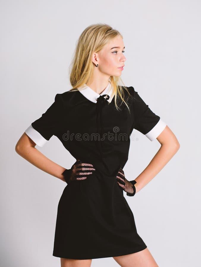 Dziewczyny blondynki odzie?y czerni elegancka suknia Formalna jednolita elita szko?y szko?a wy?sza lub housemaid Rocznika model E fotografia royalty free