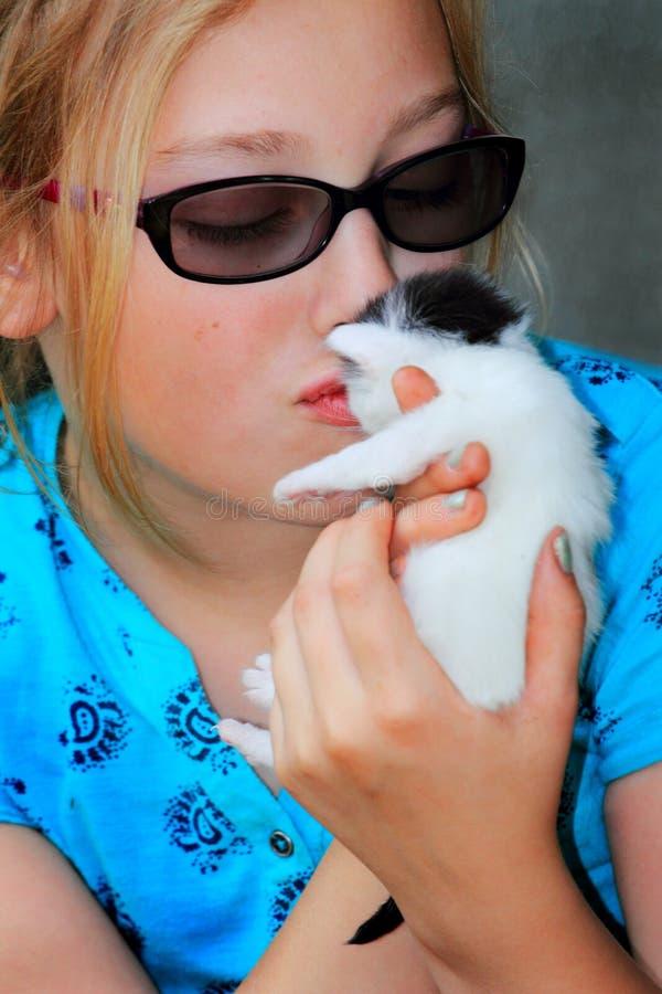 Dziewczyny całowania kiciunia fotografia stock