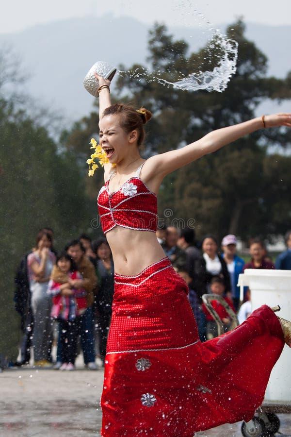 Dziewczyny chełbotania wody, śmiesznych i zawyżającego emocje, obraz royalty free