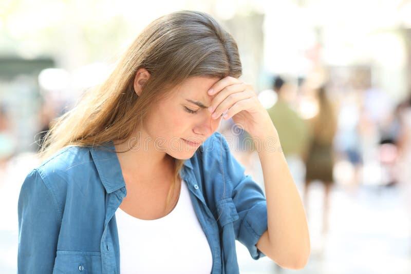 Dziewczyny cierpienia migreny pozycja w ulicie obraz royalty free