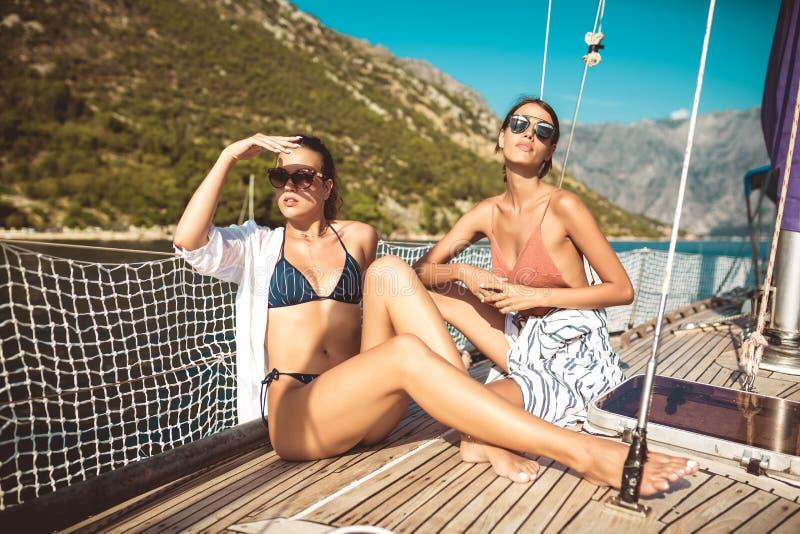 Dziewczyny cieszą się wakacje na jachcie obraz royalty free