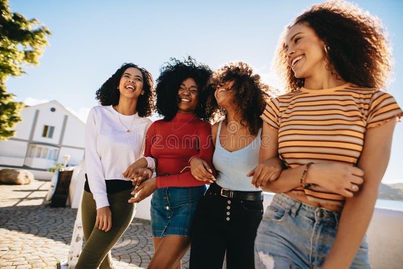 Dziewczyny cieszy się outdoors zdjęcie royalty free