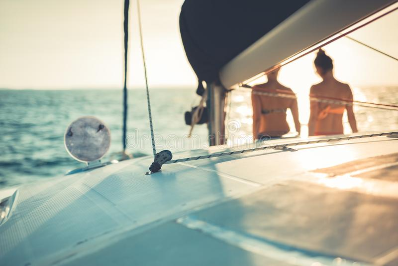 Dziewczyny cieszy się zmierzch na morzu i jachcie Abstrakcjonistyczny żeglowania tło fotografia stock