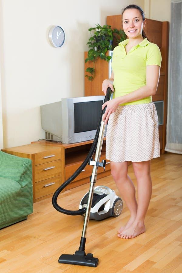 Dziewczyny cleaning z próżniowym cleaner zdjęcia stock