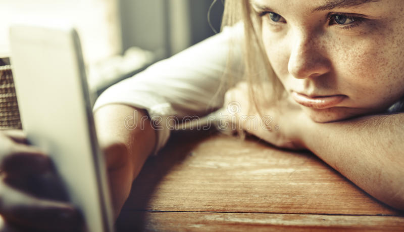 Dziewczyny czekania Nudziarski Zanudzać Osamotniony Udaremnia pojęcie obrazy stock