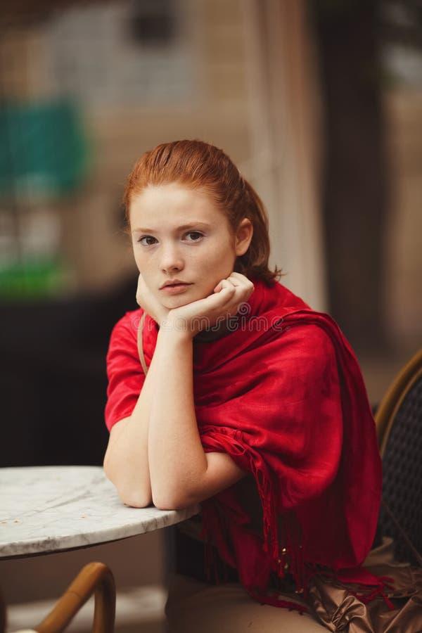 Dziewczyny czekanie przy stołem w kawiarni obraz royalty free