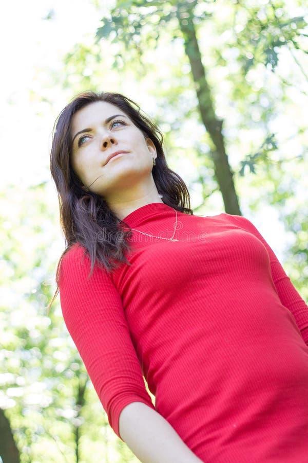 Dziewczyny czerwieni sukni długie włosy parkowy szczęśliwy zmysłowy emocjonalny lato wo obrazy royalty free