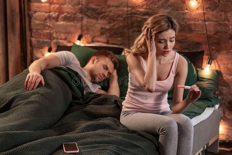 Dziewczyny czuć emocjonalny po widzieć pozytywnego wynika ciążowy test obrazy stock