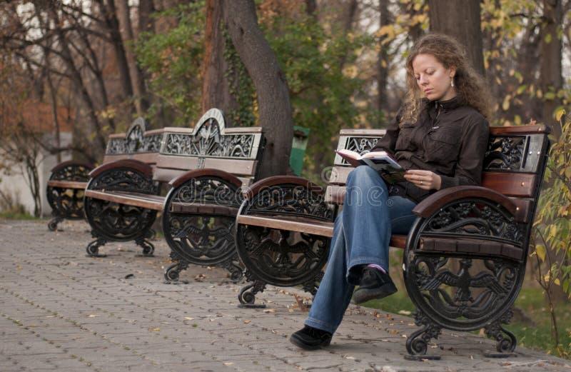 dziewczyny czytanie osamotniony parkowy zdjęcia stock