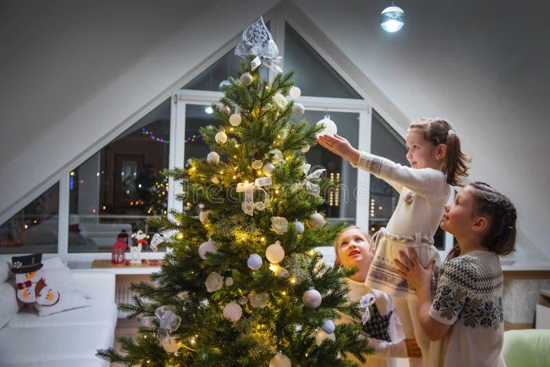 Dziewczyny dekorują choinki obrazy royalty free