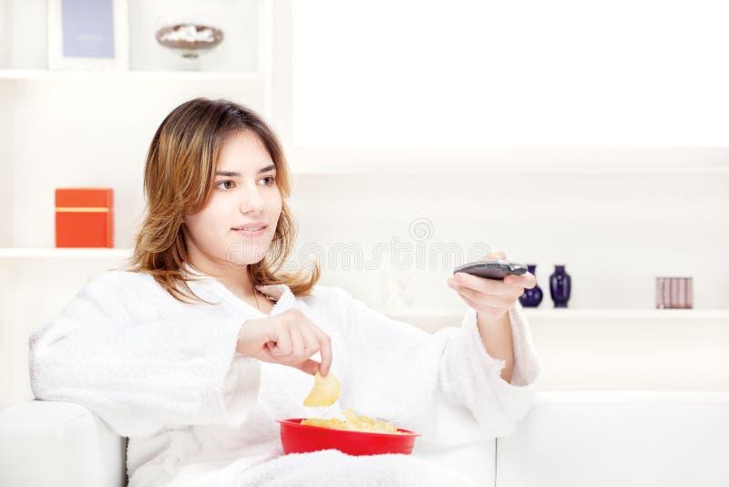 dziewczyny domowego nastolatka telewizyjny dopatrywanie zdjęcie stock