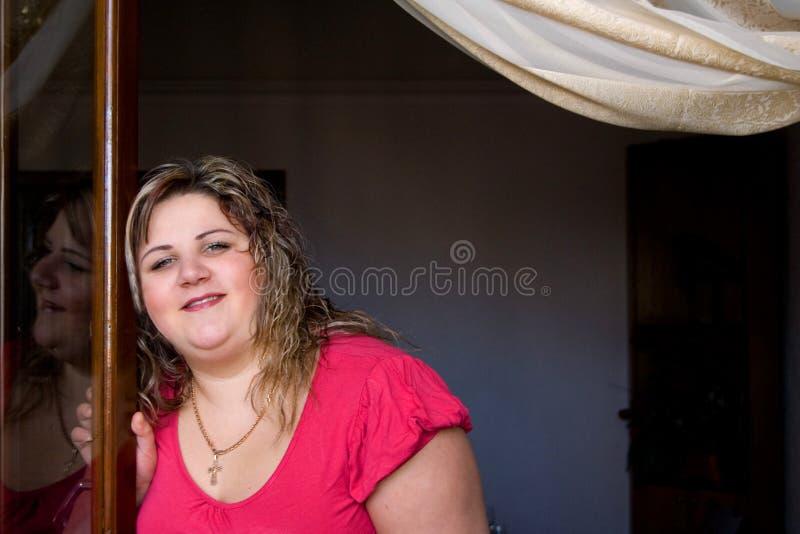 dziewczyny domowy otwarcia okno fotografia stock