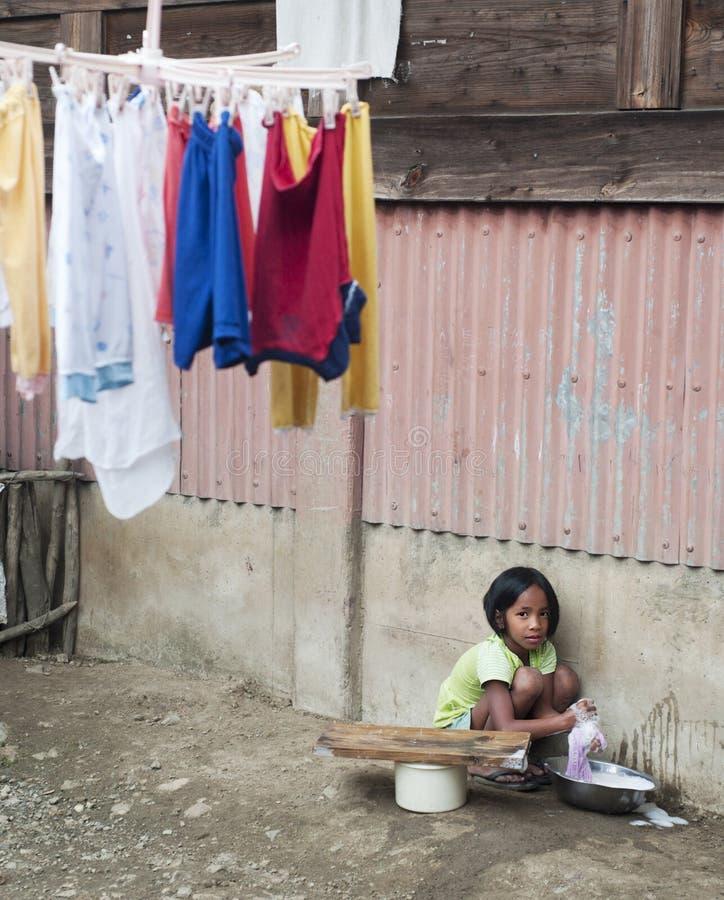 Download Dziewczyny domycie odziewa zdjęcie editorial. Obraz złożonej z offtrack - 53783126