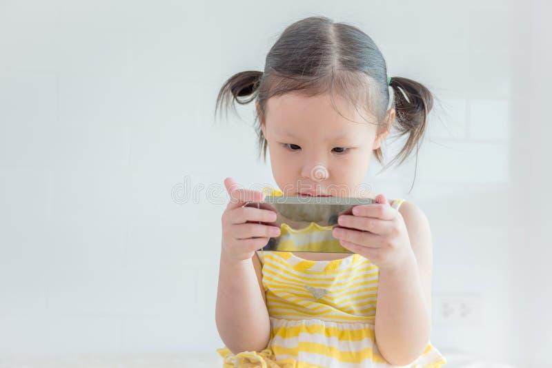 Dziewczyny dopatrywania kreskówka na telefonie komórkowym zdjęcie royalty free