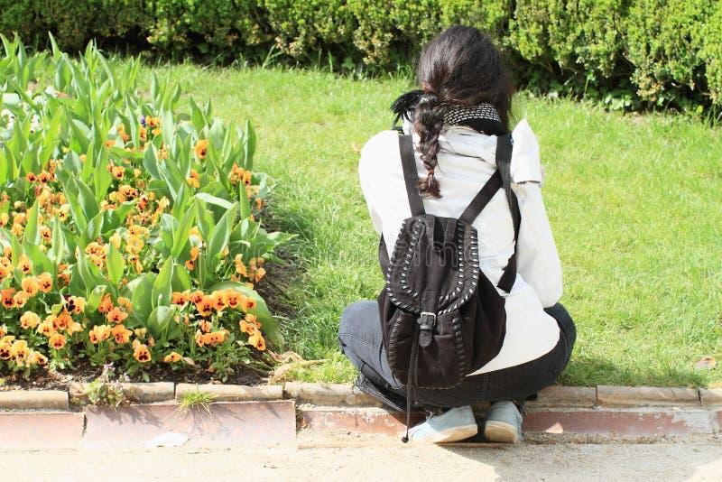 Dziewczyny dopatrywania kwiaty obraz stock