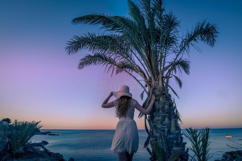 Dziewczyny dopatrywania zmierzchu widok nad morzem obrazy royalty free