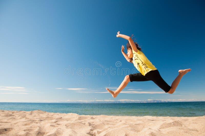 Dziewczyny doskakiwanie na plaży zdjęcie royalty free