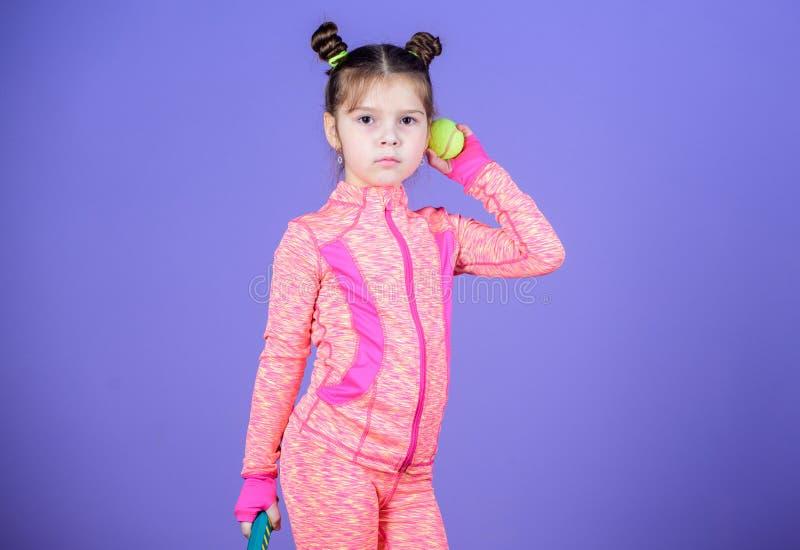 Dziewczyny dziecka kopii babeczki fryzury śliczny gracz w tenisa Aktywne gry Sporta wychowanie Mały cutie lubi tenisa sport obraz royalty free