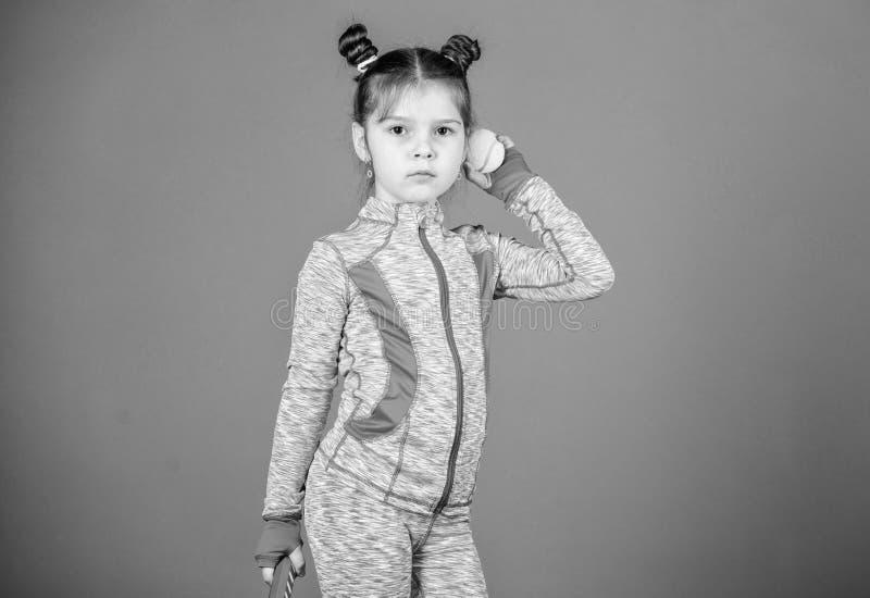 Dziewczyny dziecka kopii babeczki fryzury ?liczny gracz w tenisa Aktywne gry Sporta wychowanie Ma?y cutie lubi tenisa sport zdjęcie stock